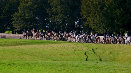 верхом : Aske Hall, Richmond, North Yorkshire, UK - February 08, 2020: Horse riding fox hunters set off through Capability Brown designed parkland at the beginning of a fox hunt