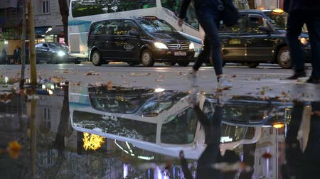 모터 보트 : LONDON - OCTOBER 24, 2019: Congested London traffic beginning to move and reflected in flood water opposite The Aldwych Theatre as pedestrians walk around the floods