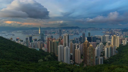 přístav : Time lapse movie of clouds and blue sky over densely populated city of Hong Kong and Victoria Peak Harbor at Sunset into blue hour 4k UHD movie Dostupné videozáznamy