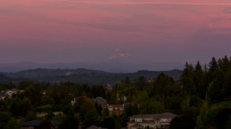 реальное время : Time lapse of moving clouds and colorful sunset over residential homes and Mt. Hood in Happy Valley Oregon at dusk into evening 4k uhd 4096x2304 Стоковые видеозаписи