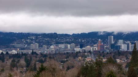 dvojitý : Timelapse movie of moving low white clouds over city skyline and auto traffic downtown Portland Oregon one winter day 4k ultra high definition uhd
