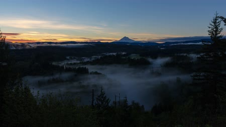 údolí : Time lapse of low moving fog over Sandy River with Mt. Hood at Sunrise one early morning in Oregon 4k uhd 4096x2304 Dostupné videozáznamy