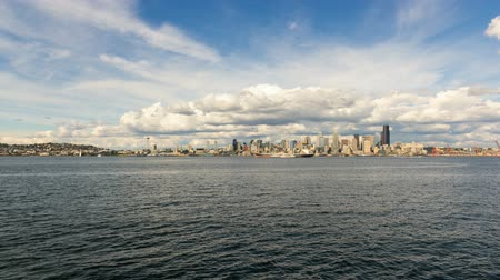 barışçı : Moving white clouds and blue sky over Seattle WA downtown city skyline from Alki Beach in Washington State USA 4k UHD time lapse Stok Video