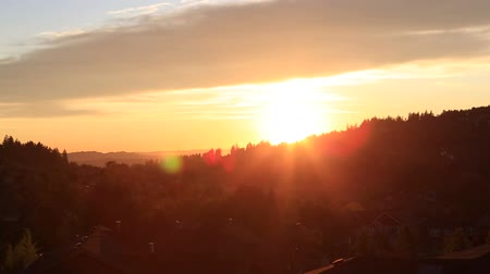 долина : HD 1080p panning video of glowing sunset with sun rays over residential suburb homes in Happy Valley Oregon early Autumn season 1920x1080 Стоковые видеозаписи