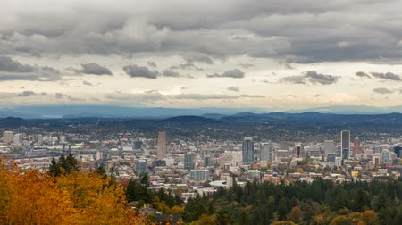 upadek : Time lapse video of moving clouds and sky over Portland Oregon downtown cityscape in beautiful Pacific Northwest colorful fall season 4k ultra hd