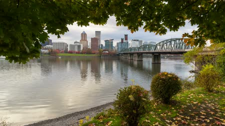 mohás : Ultra high definition 4k time lapse video of Portland Oregon downtown city skyline and Hawthorne bridge along Willamette River during Autumn Fall season 3840x2160 UHD