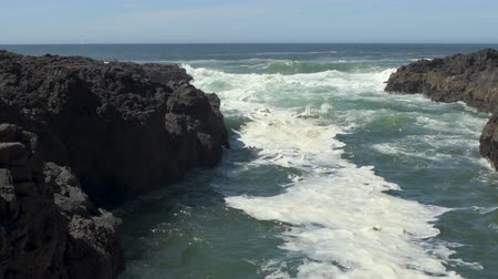 Ocean waves flowing crashing in the Devils Churn inlet on the central Oregon Coast in the Cape Perpetua Scenic Area Stok Video