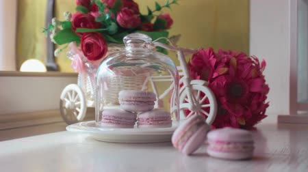 клубника : Pink french macarons, soft focus background. Sweet desert in the local cafe.