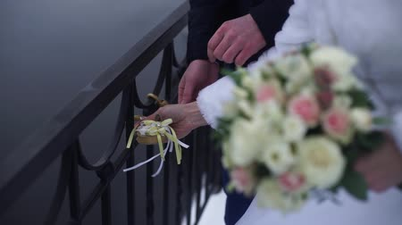 computação gráfica : Wedding symbol, lock in hands of bride and groom. Newlyweds fix the lock on the bridge as a symbol of love. Padlock in the hands of the bride and groom. Lock in heart shape on the railing of bridge - a symbol of happy and long married life of bride and gr