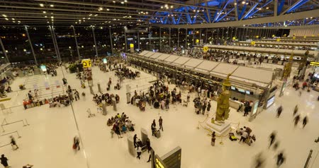 koşuşturma : International Airport Terminal Travel Business Trip Concept. the crowd moves at the airport, timelapse