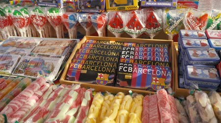 manifatura : SPAIN, BARCELONA - April , 2018: Show-window with sweets and olive oil in the Boqueria market. Stock. Shop with sweets and Souvenirs Stok Video