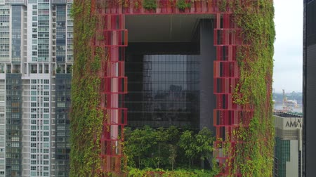 ás : SINGAPORE, JUNE 2018: Hotels in Singapore with beautiful Oasia Hotel close-up. Shot. A verdant tower of green in the heart of Singapore s dense Central Business District
