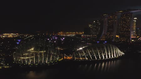 Singapore - 25 September 2018: Singapore skyscraper building at Marina Bay Sands at night with beautiful lights of big night city. Shot. Panorama of Singapore skyline and river at night. Stok Video