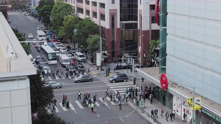 High view of Mission and 4th street infection in San Francisco on an afternoon commute Stock Footage