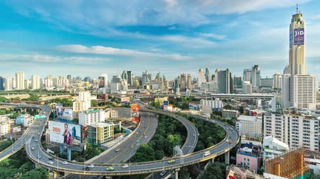 отель : Timelapse of City Skyline, Bangkok, Thailand Bangkok is the capital city of Thailand and the most populous city in the country. Aerial view interchange of a city Стоковые видеозаписи