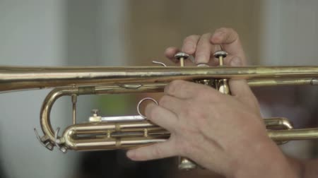 trombeta : Playing the trumpet close-up