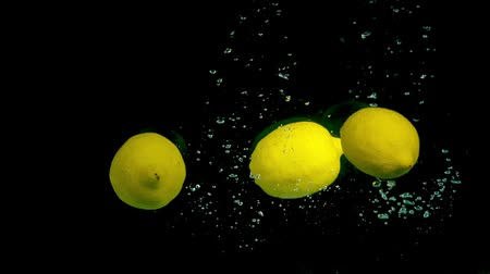 cytryna : Lemons in slow motion in the water Wideo