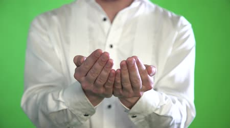 drží se za ruce : Close-up of the palm of a man in a shirt on a green background Dostupné videozáznamy