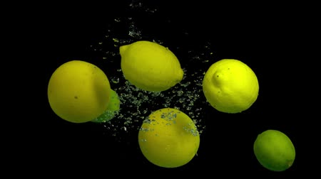 consumir : Citrus fruit in splash water on a black background