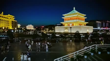 torre sineira : Night view of the Bell Tower in Xian, China