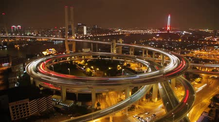 aanpak : Timelapse of traffic on Nanpu Spiral at night , Shanghai, China Stockvideo