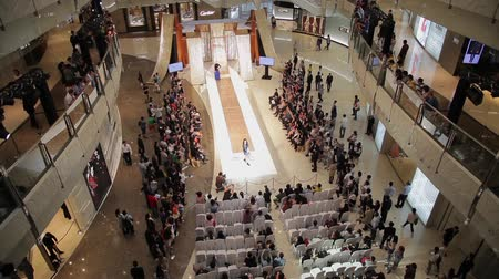 semana de moda : SHANGHAI - SEP 06:View of fashion show in Interior of shopping mall, Sep 06, 2013, Shanghai city, china. Stock Footage