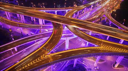 passagem elevada : Timelapse of busy traffic over overpass in modern city , Shanghai, China