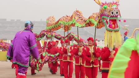 chinese lantaarn : Xian, China -Feb 02, 2012. Dragon dance op Spring Festival