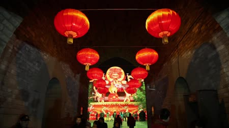 Çin mahallesi : XIAN CHINA-Feb 02 2012: Lanterns decorations and people roaming during chinese spring festival