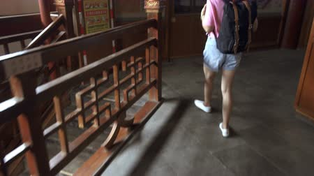 backpacken : XIAN, CHINA - 06 JULI 2019: Reiziger bezocht een oude pagode, China.