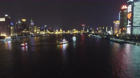 AERIAL shot of tour boats traverse Shanghais scenic Huangpu River at dusk,China Vidéos Libres De Droits
