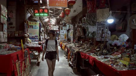 exotismo : Xian, Shaanxi, China, JUNE 13, 2019. view of female tourists visiting the traditional market Stock Footage