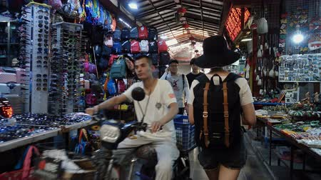 backpacken : Xian, Shaanxi, China, JUNE 13, 2019. view of female tourists visiting the traditional market Stockvideo