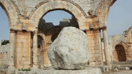 kamień : Syria - Qala Siman. Ruins of the Church of Saint Simeon with remains of his column, detail. Fish eye shot. Wideo