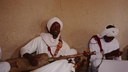 törzsi : ERG CHEBBI, MOROCCO - OCTOBER 19 2010 - Gnaoua Music Association present traditional Moroccan Gnaoua Music performed by descendants of ancient slaves on October 19, 2010 in Erg Chebbi, Morocco.