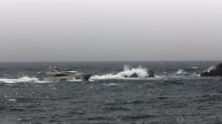 nevoeiro : Adriatic Sea nature and stormy weather. Motorboat passing by.