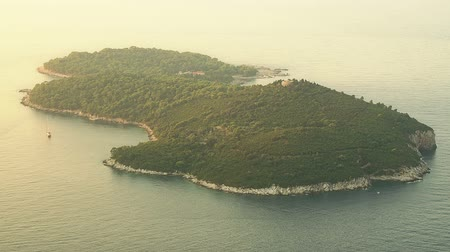 vista frontal : Island Lokrum in front of Dubrovnik old town walls, Croatia. Stock Footage