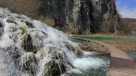 travertino : Waterfall and vegetation just before it begin to rebuild after long winter. Plitvice lakes national park in Croatia. Vídeos