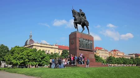 jasně : ZAGREB, CROATIA - May 5: Student excursion with teachers below monument of King Tomislav on the square with same name on May 5, 2012 in Zagreb, Croatia.