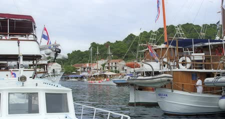 takımadalar : POMENA, CROATIA - JUNE 25: Tourist ship arriving to the harbor on island Mljet on June 25, 2013 in Pomena, Croatia.