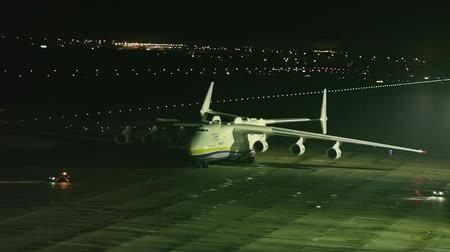 aerodrome : ZAGREB, CROATIA - NOVEMBER 11: Antonov 225 Mriya airplane preparing to takeoff with heavy weight cargo on November 11, 2013 Zagreb, Croatia. It is the biggest airplane in the world. Stock Footage