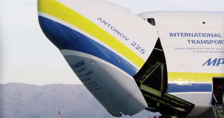 aerodrome : ZAGREB, CROATIA - NOVEMBER 10: Timelapse shoot of Antonov 225 Mriya airplane opening door for loading heavy weight cargo on November 10, 2013 Zagreb, Croatia. It is the biggest airplane in the world