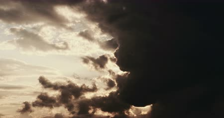 согревание : Timelapse of Clouds at sunset just before night. Colorful cloudscape with fast motion. Стоковые видеозаписи