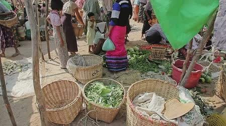 Бирма : BAGAN, MYANMAR - FEBRUARY 24, 2013: Women selling various vegetables at the local market.