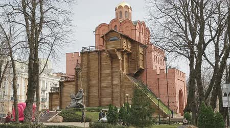 gates : KIEV, UKRAINE - MARCH 24, 2014: Monument to king Yaroslav Mydriy (the Wise), founder of the city, is well known meeting point. Statue is part of Golden gate complex. Stock Footage