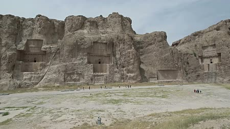 persie : Naqsh-e Rustam Panorama of the historical four tombs belonging to Achaemenid kings and Cube of Zoroaster panorama view.