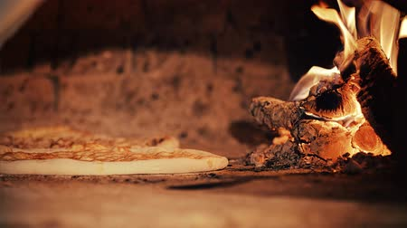 forno : Pizza baking in a wood burning oven. Vídeos