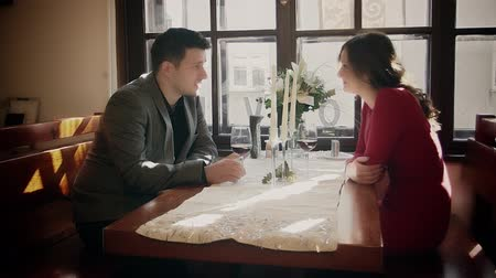 étkező : Circular footage of the two young people have a meeting in a restaurant. Stock mozgókép