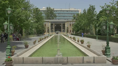 persie : TEHRAN, IRAN - MAY 1, 2015: Visitors walking around the fountain in front of the Golestan Palace former royal Qajar complex in capital city. Dostupné videozáznamy