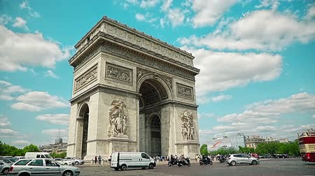 francja : PARIS, FRANCE - JULY 9, 2015: People and car traffic passing around the Arc de Triomphe in the city center.